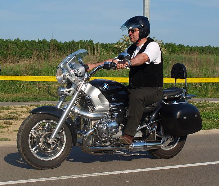 Motard sur une moto BMW. Attention au bruit excessif !