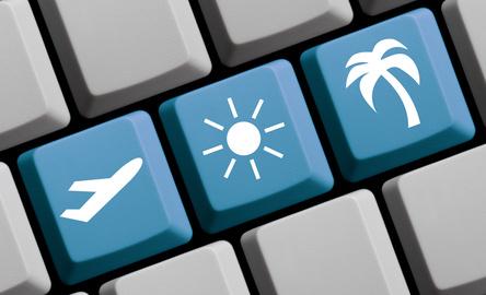 Symbole auf blauer Computer Tastatur: Flug in die Sonne suchen und buchen