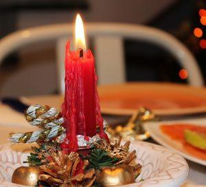 Décoration de table de Noël, détail d'une bougie